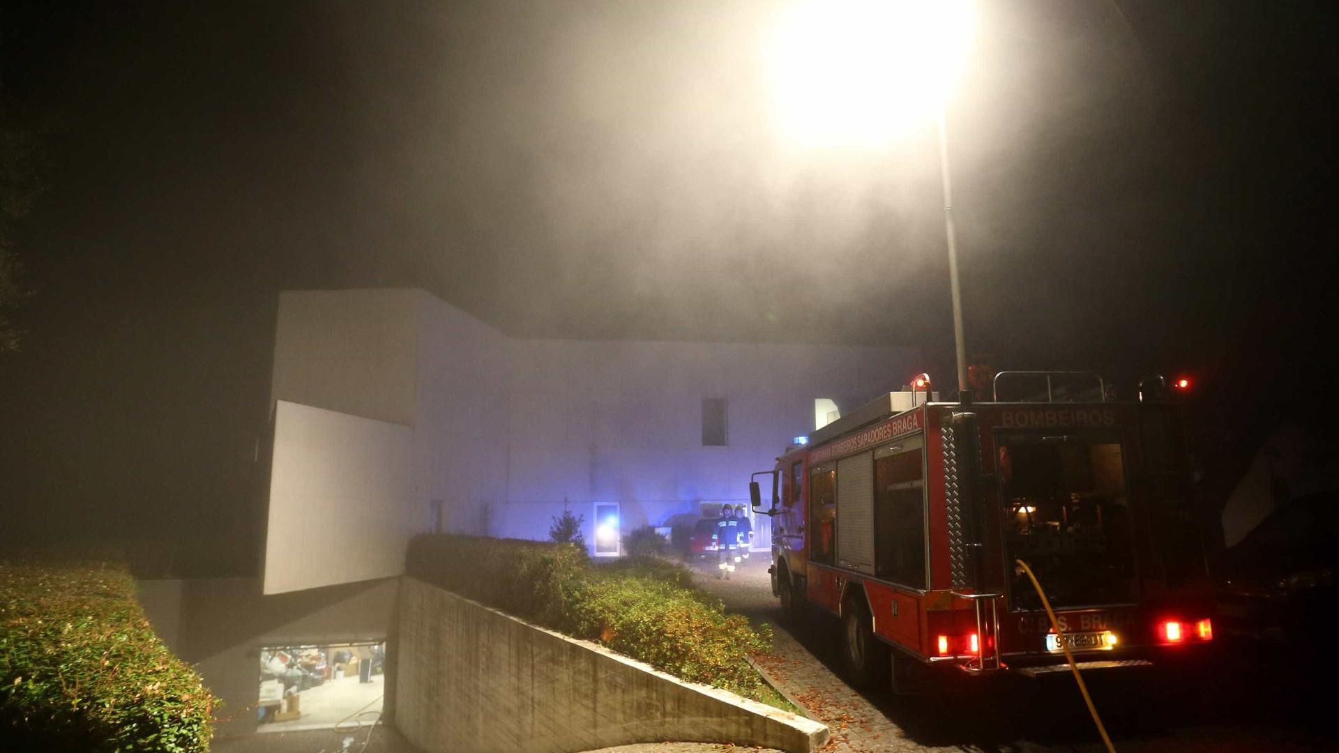 Incêndio consome armazém de produtos de higiene em Santo Tirso