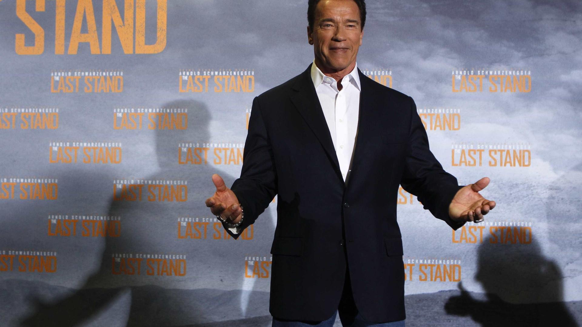 Schwarzenegger passeia em Milão com a namorada 30 anos mais nova