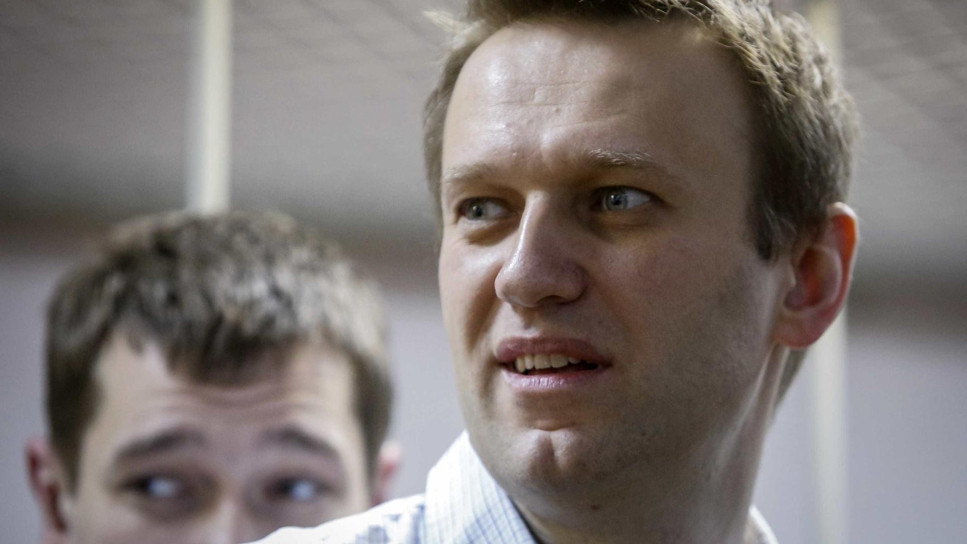 Líder da oposição russa Alexei Navalny libertado após 30 dias de prisão
