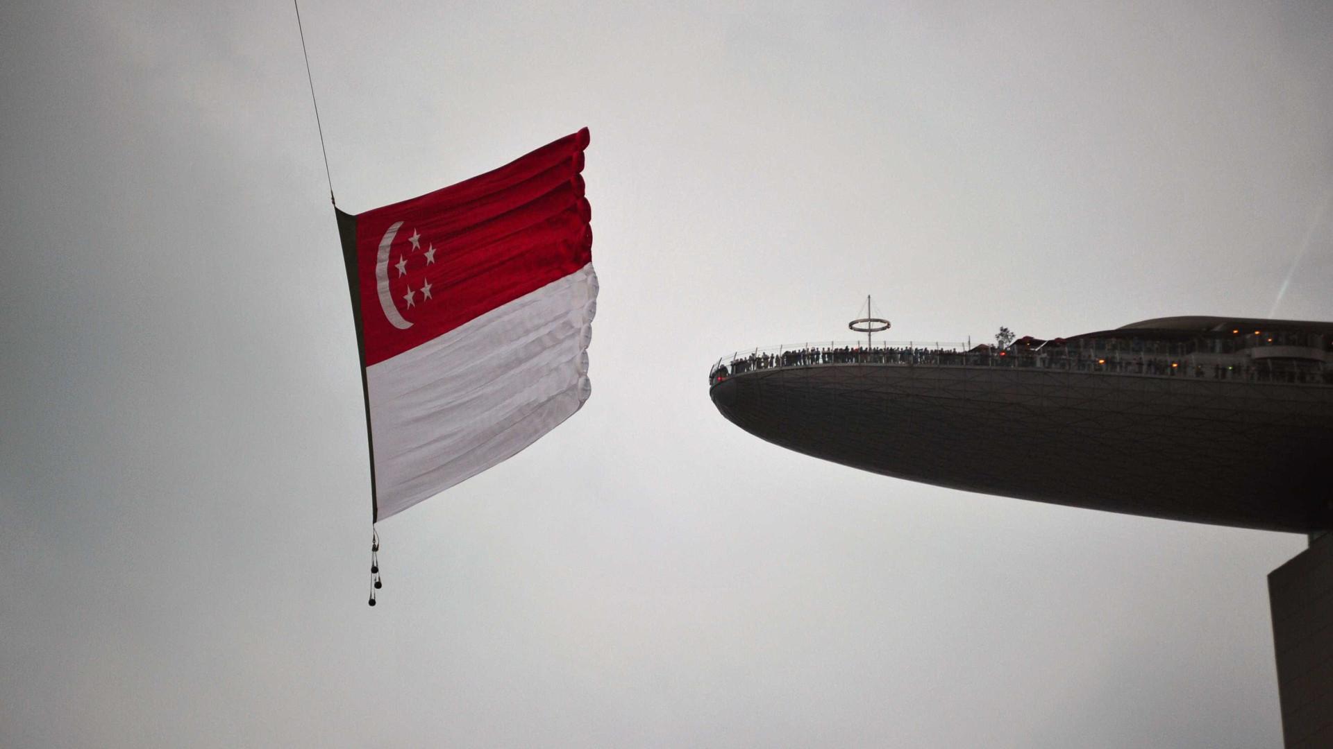 Singapura multa bancos britânicos e ex-gestor do Goldman Sachs