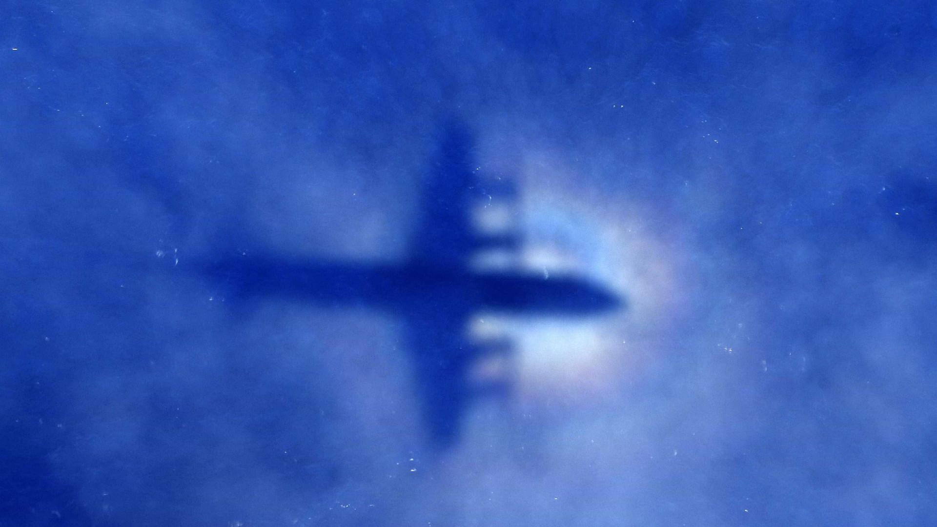 Encontrados destroços de avião desaparecido com 10 pessoas a bordo