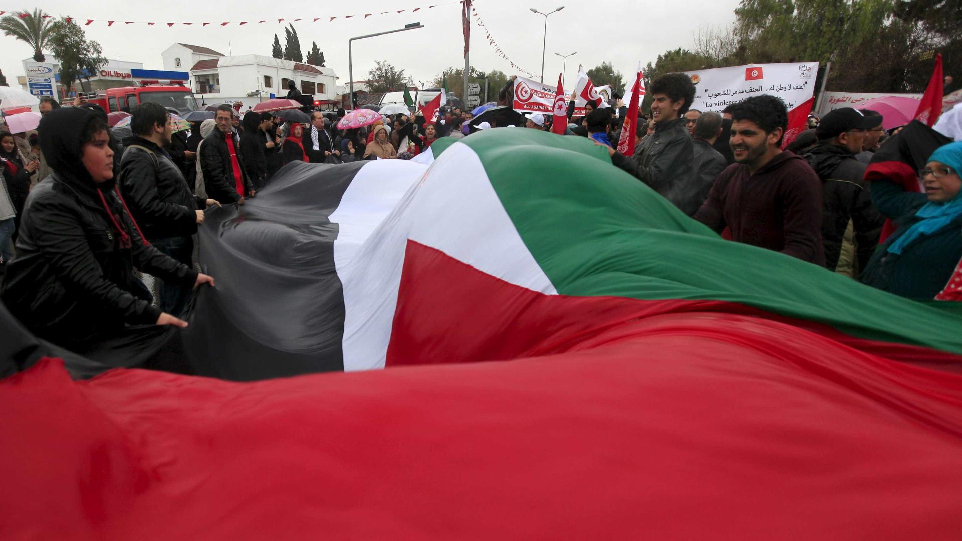 Polícia tunisina carrega sobre manifestantes ao terceiro dia de protestos