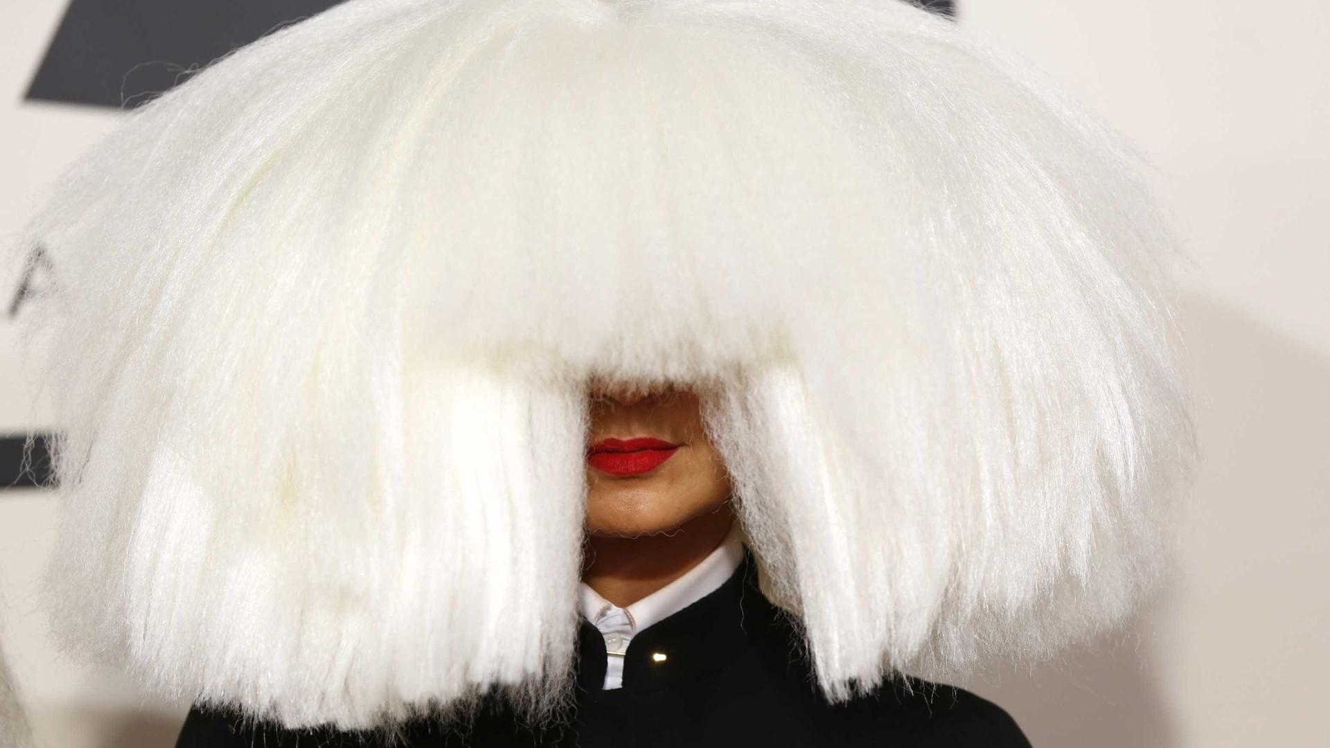 Sia publica foto nua para evitar venda das imagens