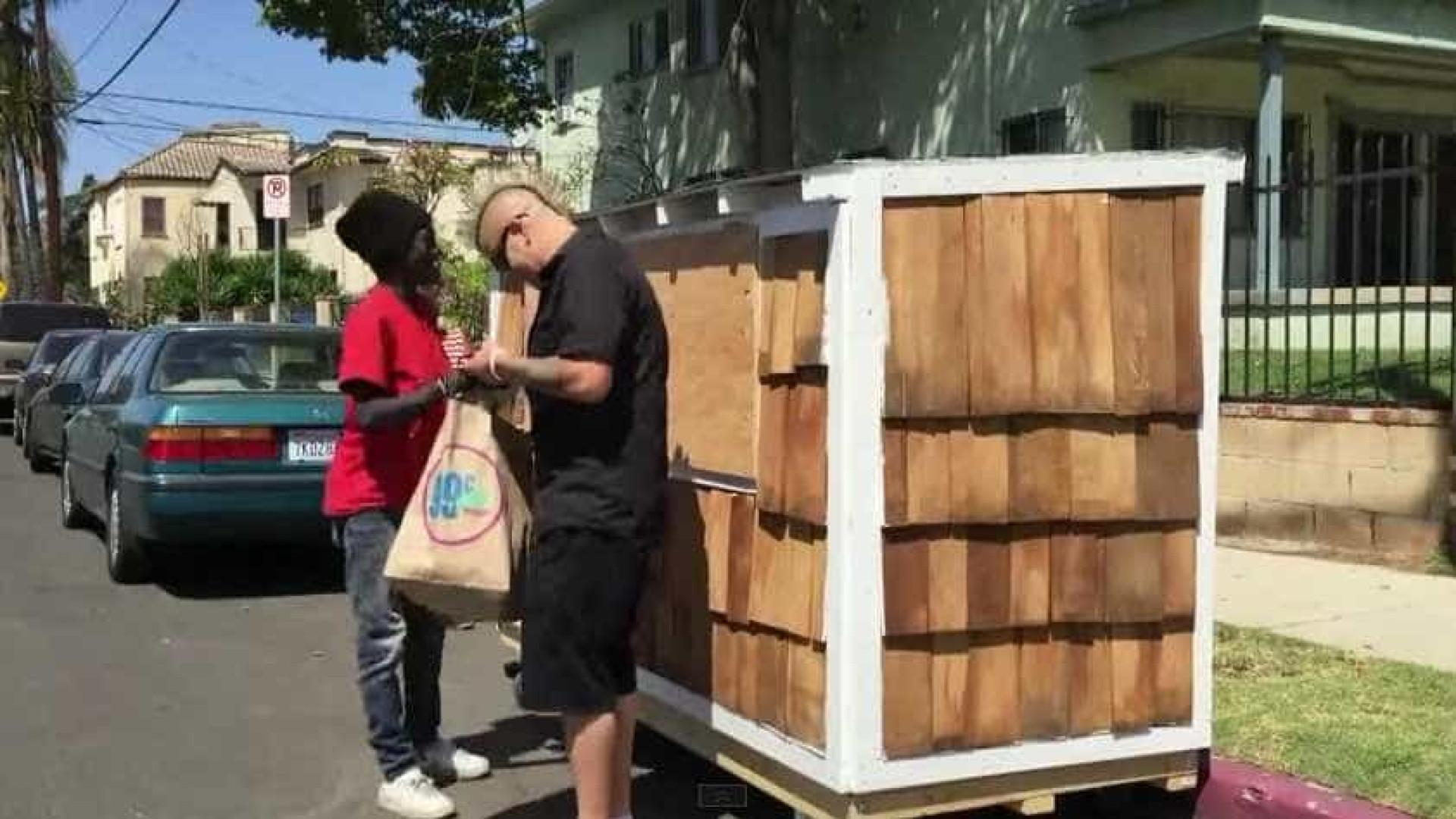 Homem constrói casa móvel para vizinha sem-abrigo