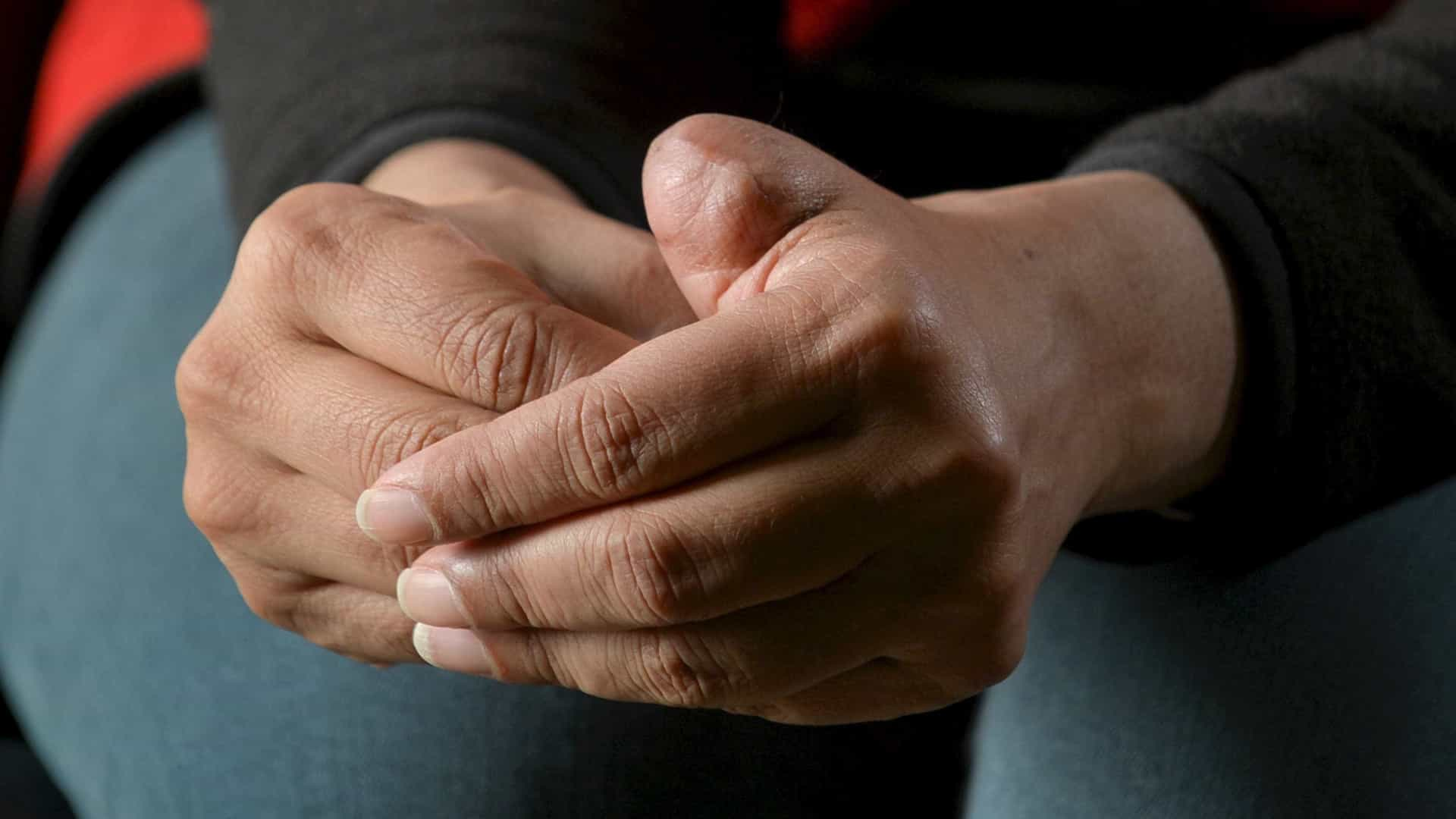 As suas mãos tremem muito? Damos-lhe seis possíveis motivos