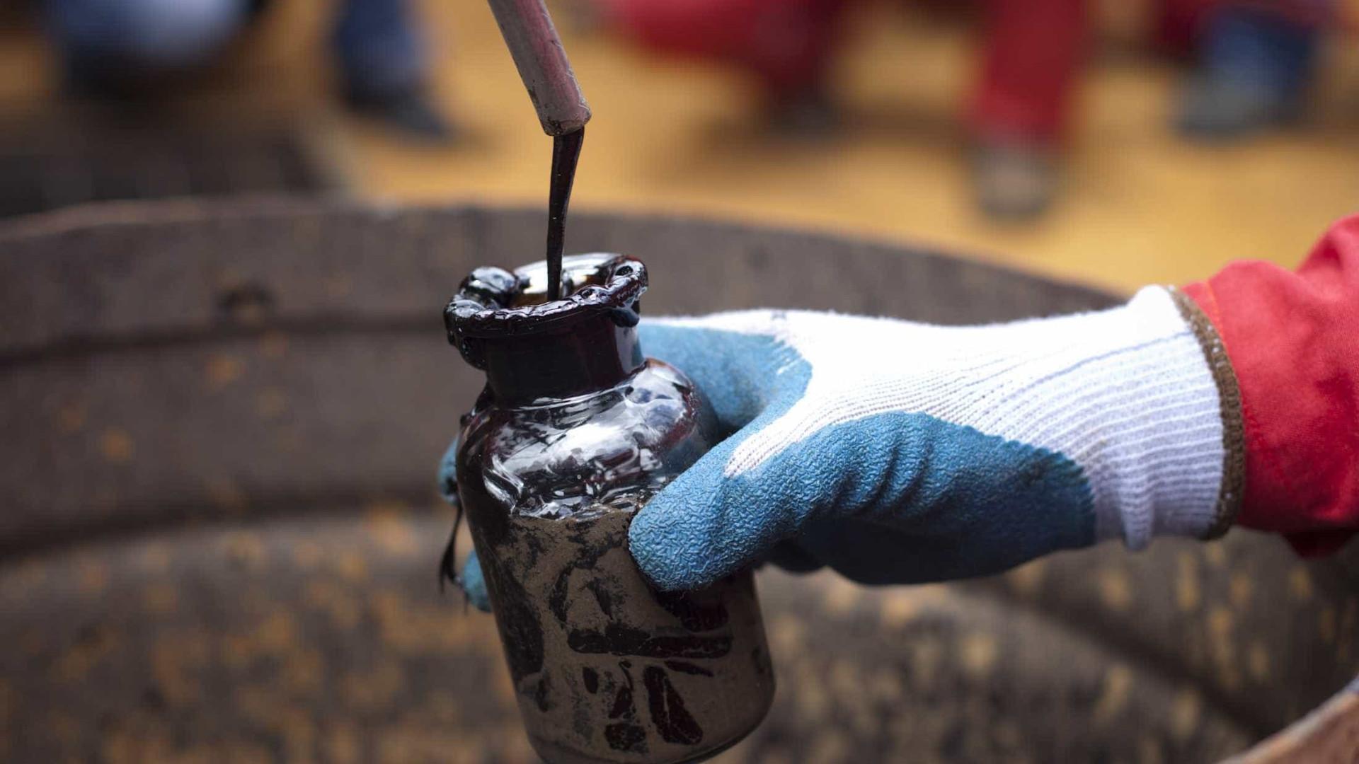 Petróleo volta a descer no início da semana