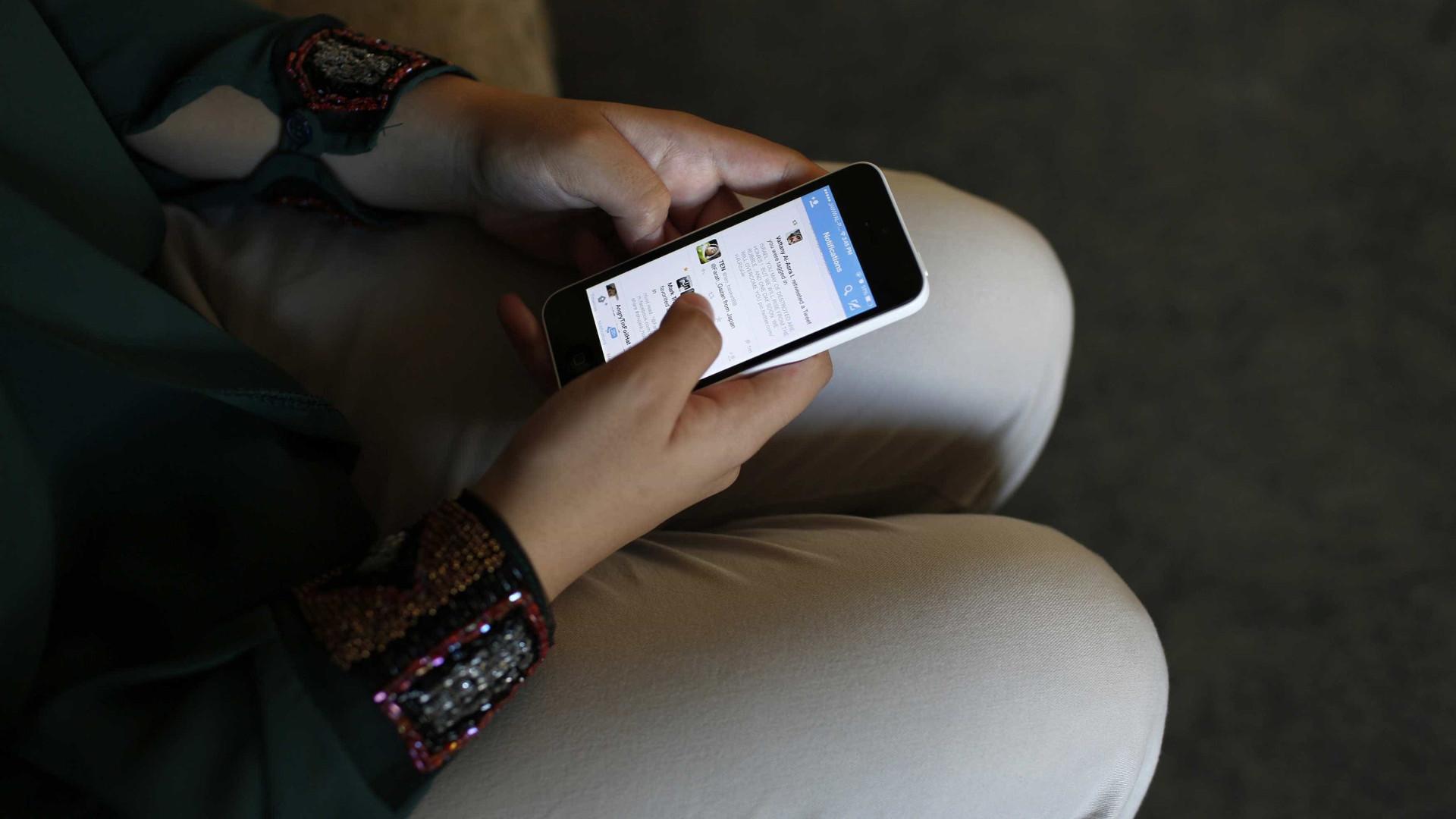 Professora afastada de funções por troçar com teste de aluna no Facebook