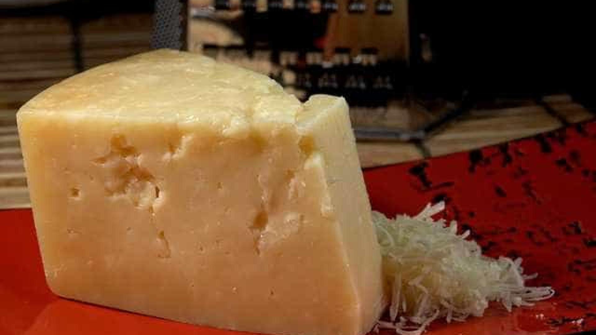É assim que deve limpar o ralador de queijo