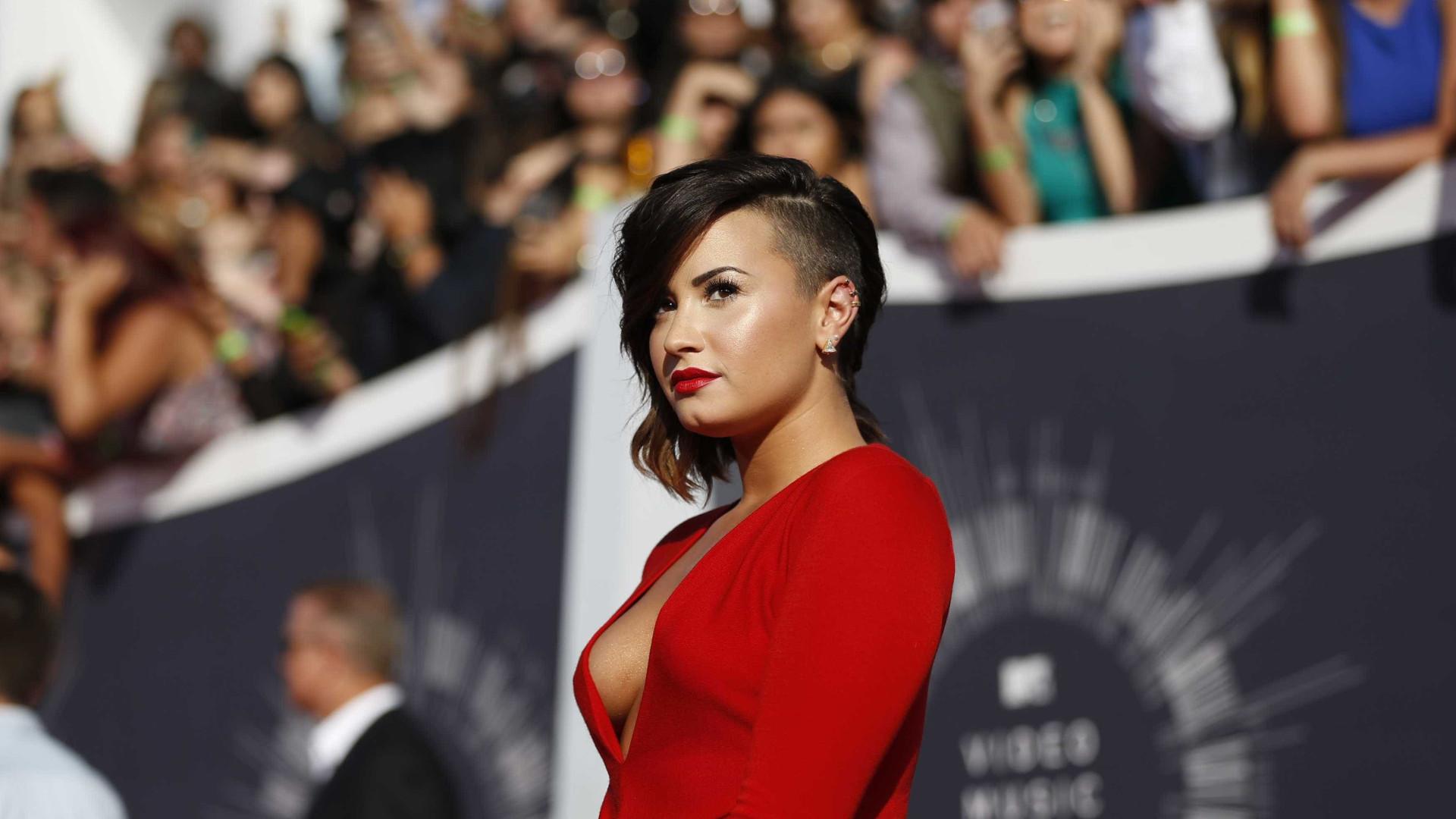 """Demi Lovato não descarta relação lésbica: """"Liberdade de poder namoriscar"""""""