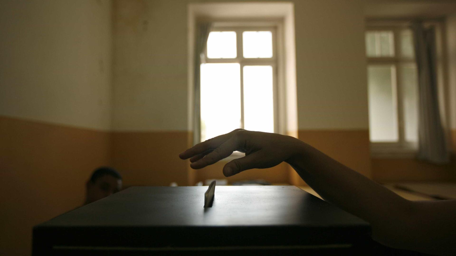 Facilitar voto dos eleitores em Portugal e estrangeiro sem votação