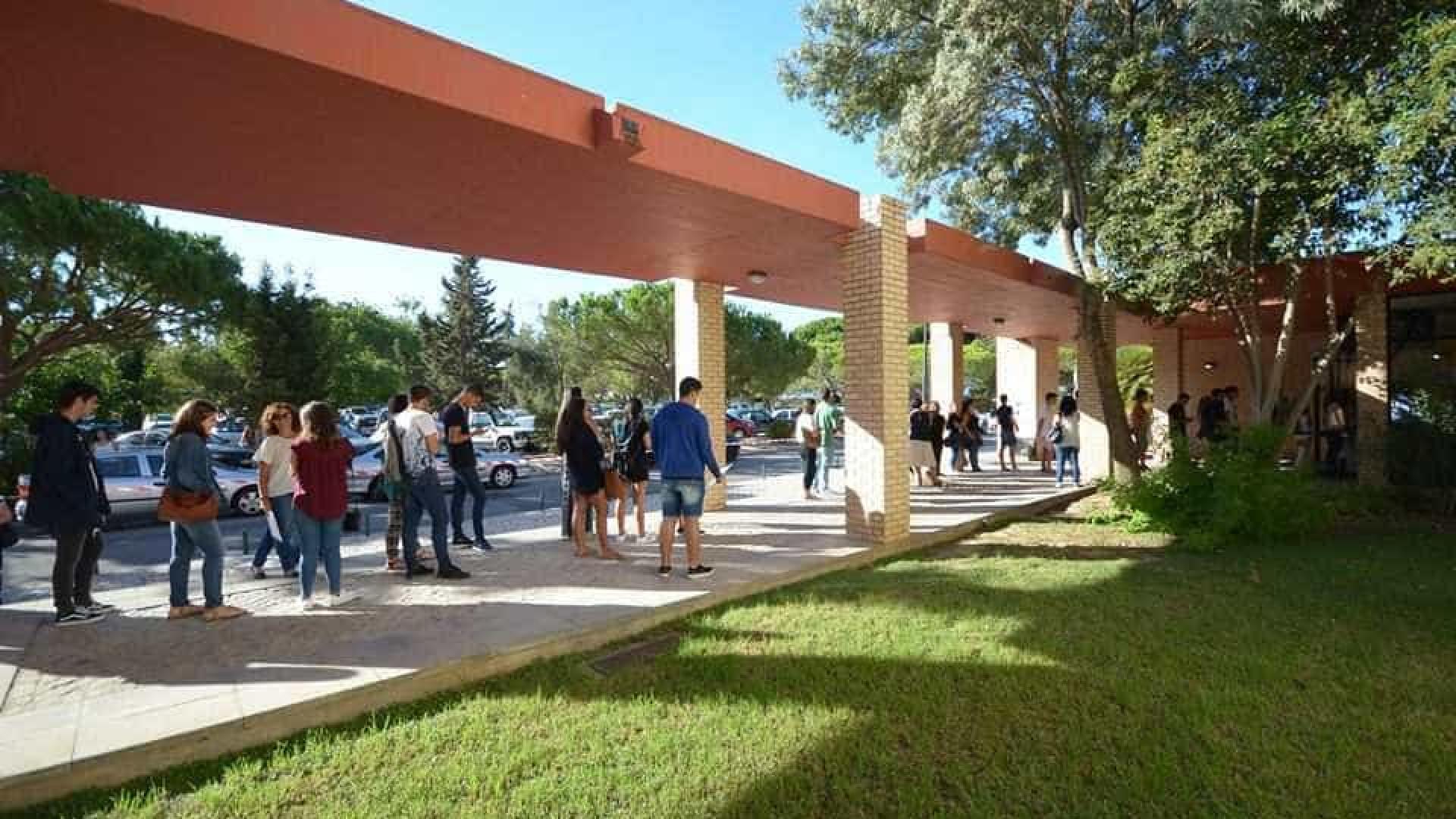 Mais de 1000 alunos e diplomados procuram emprego em feira no Algarve