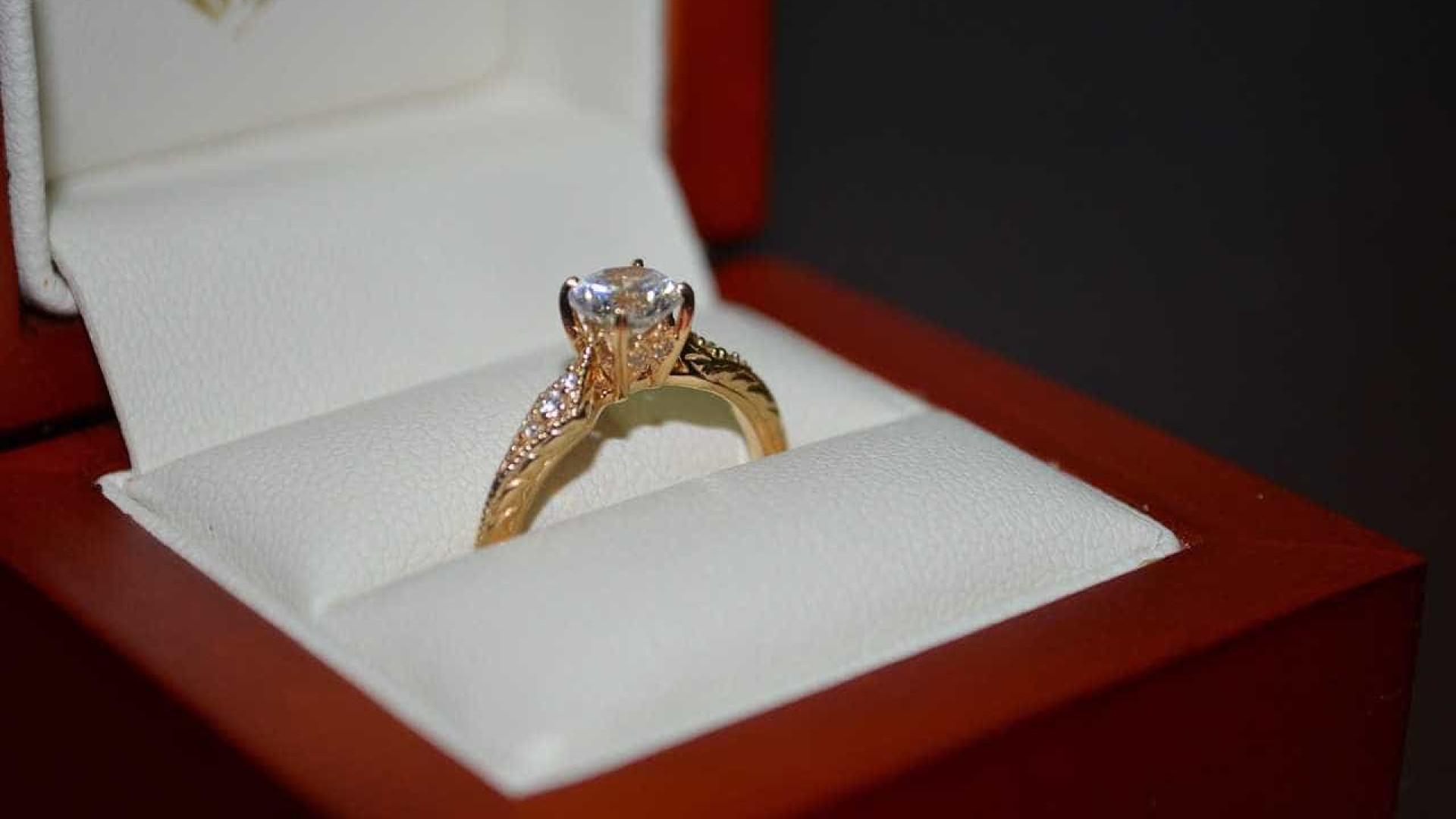 Desgosto amoroso dá origem a concurso para oferecer anel de noivado