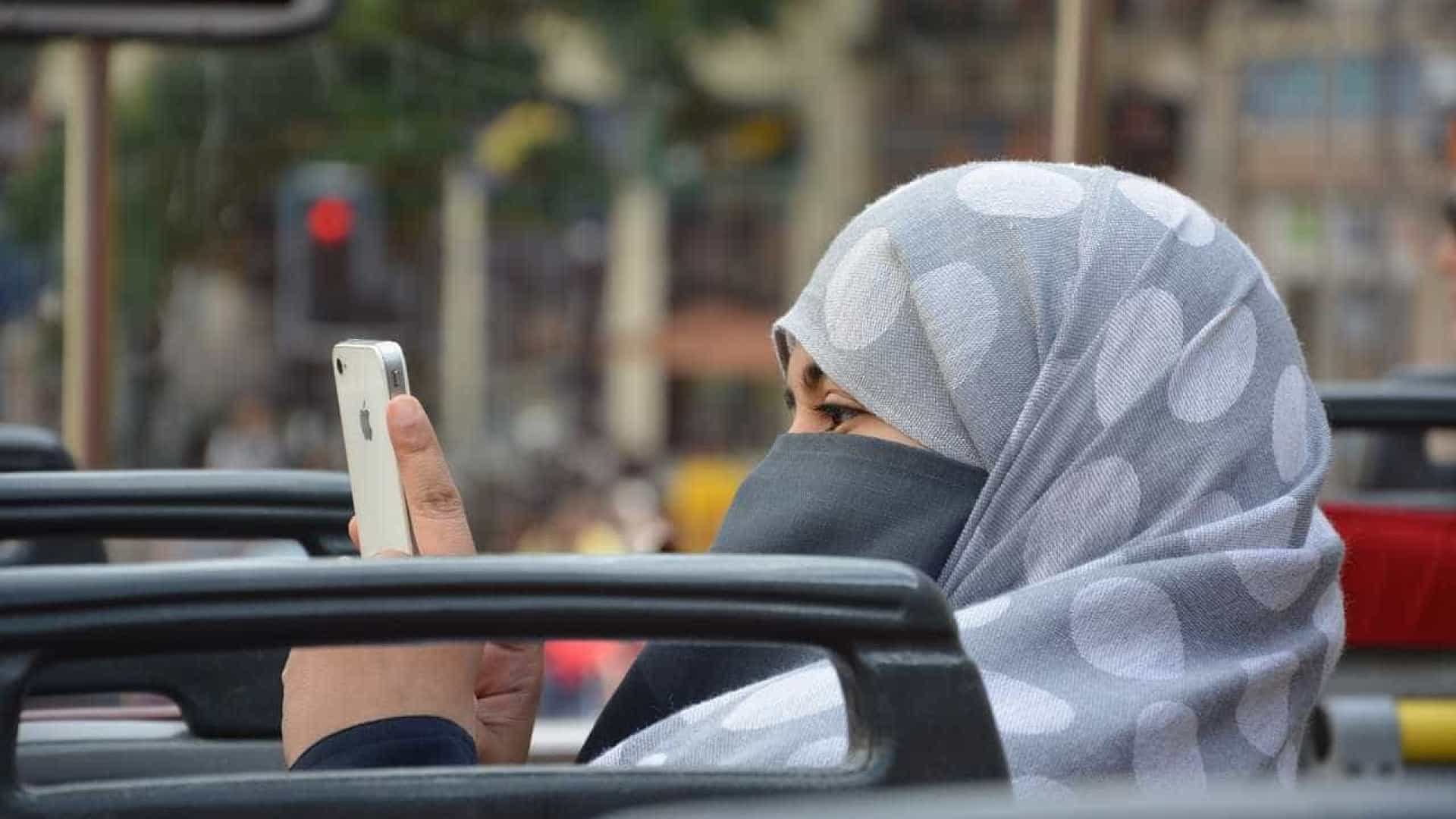 Islamofobia: Homem ataca mulher tentando retirar-lhe hijab da cabeça