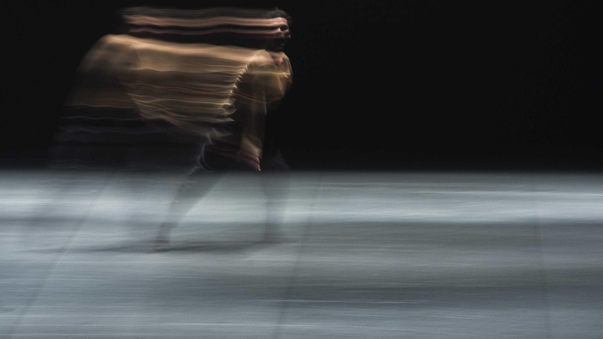 Coreografia de Victor Hugo Pontes sobre o ato criativo em palco no CCB