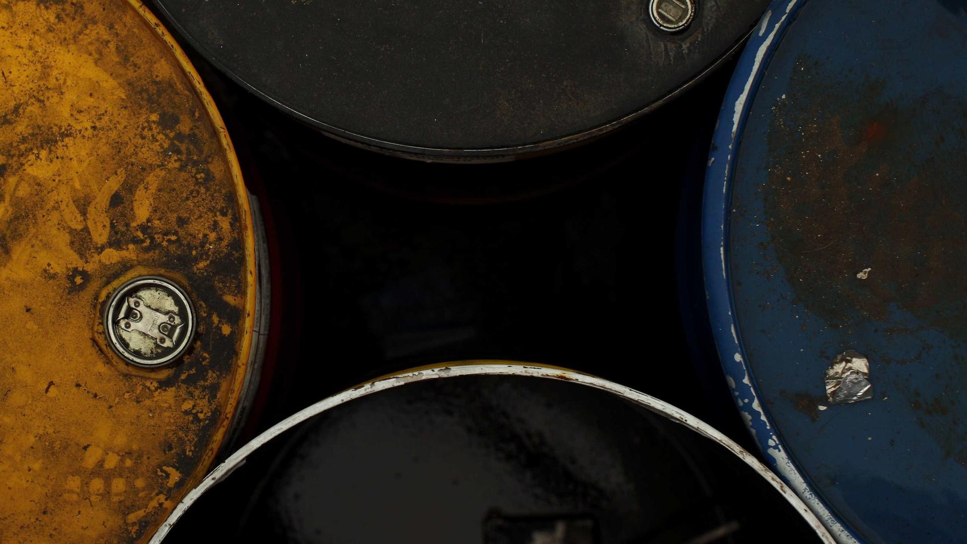 Petróleo volta a cair graças à Agência Internacional de Energia