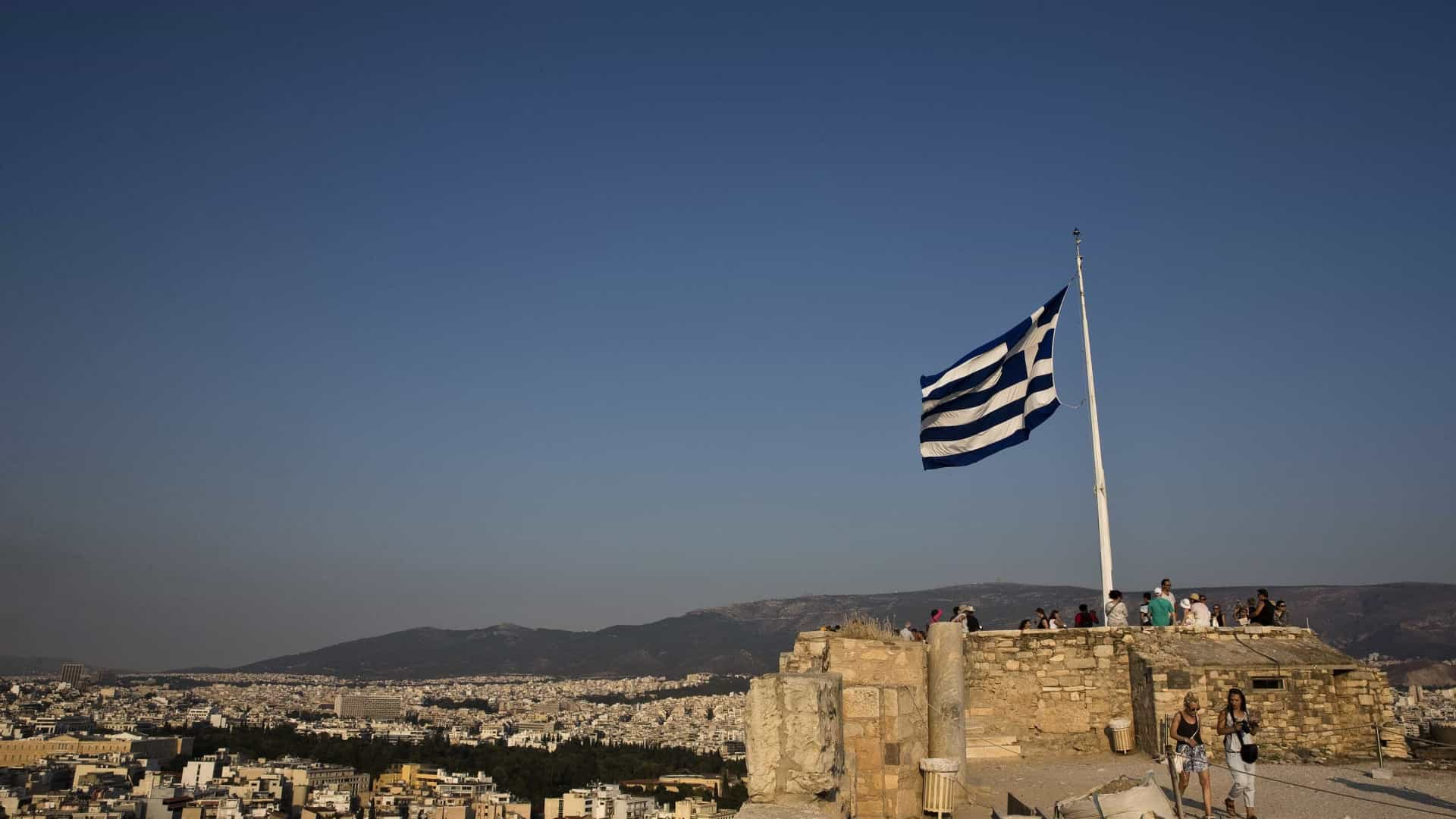 Incêndio perto de Atenas fere bombeiro e destrói casas