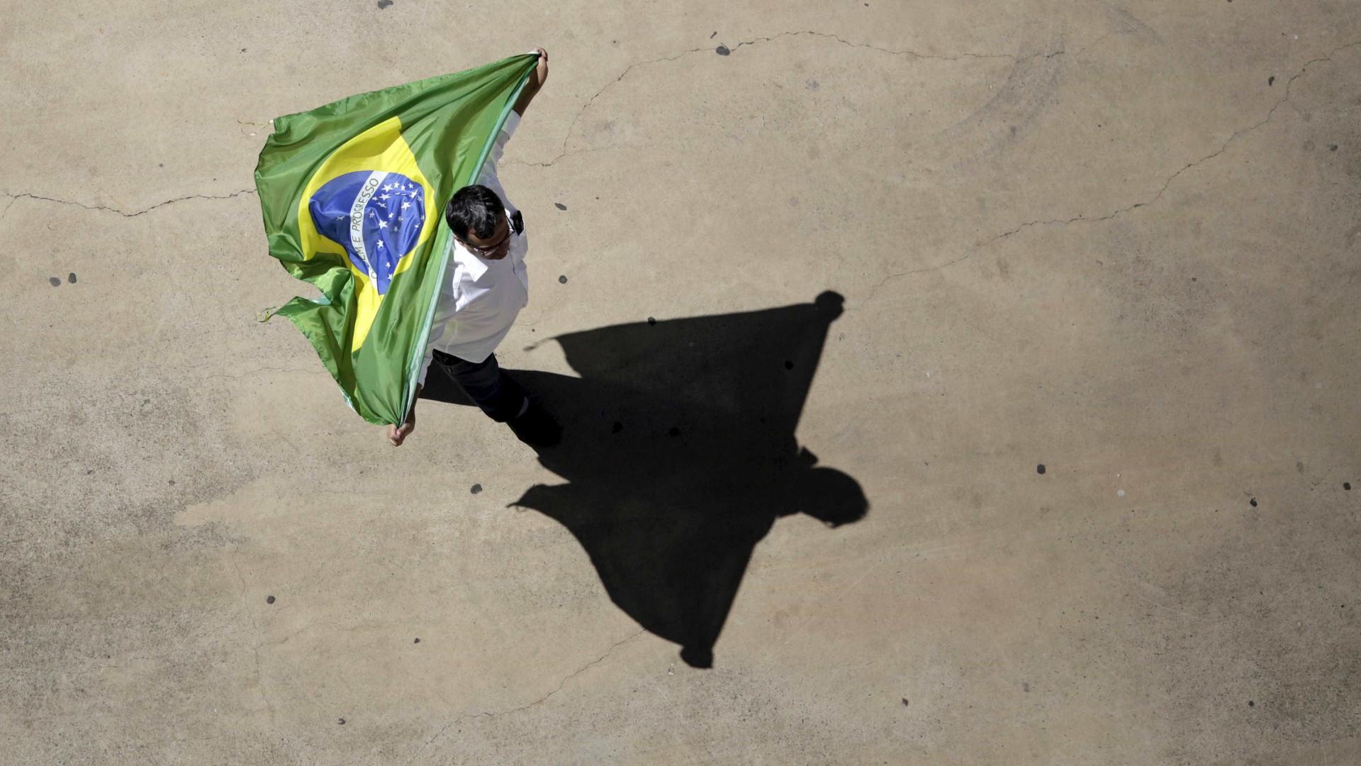 Bolsonaro mantém liderança nas sondagens mas Haddad diminui diferença