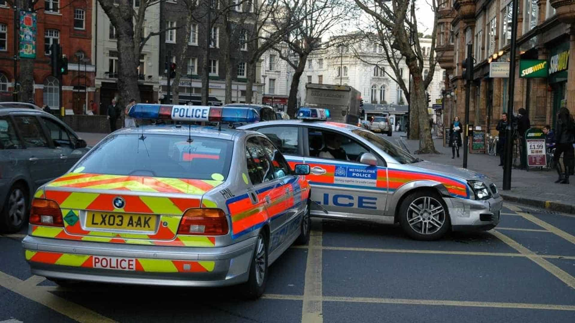 Carro atropela multidão durante festa religiosa muçulmana em Newcastle