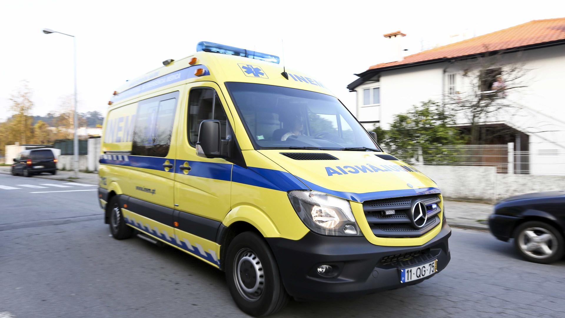 Motorista e aluno feridos em despiste com mini-bus