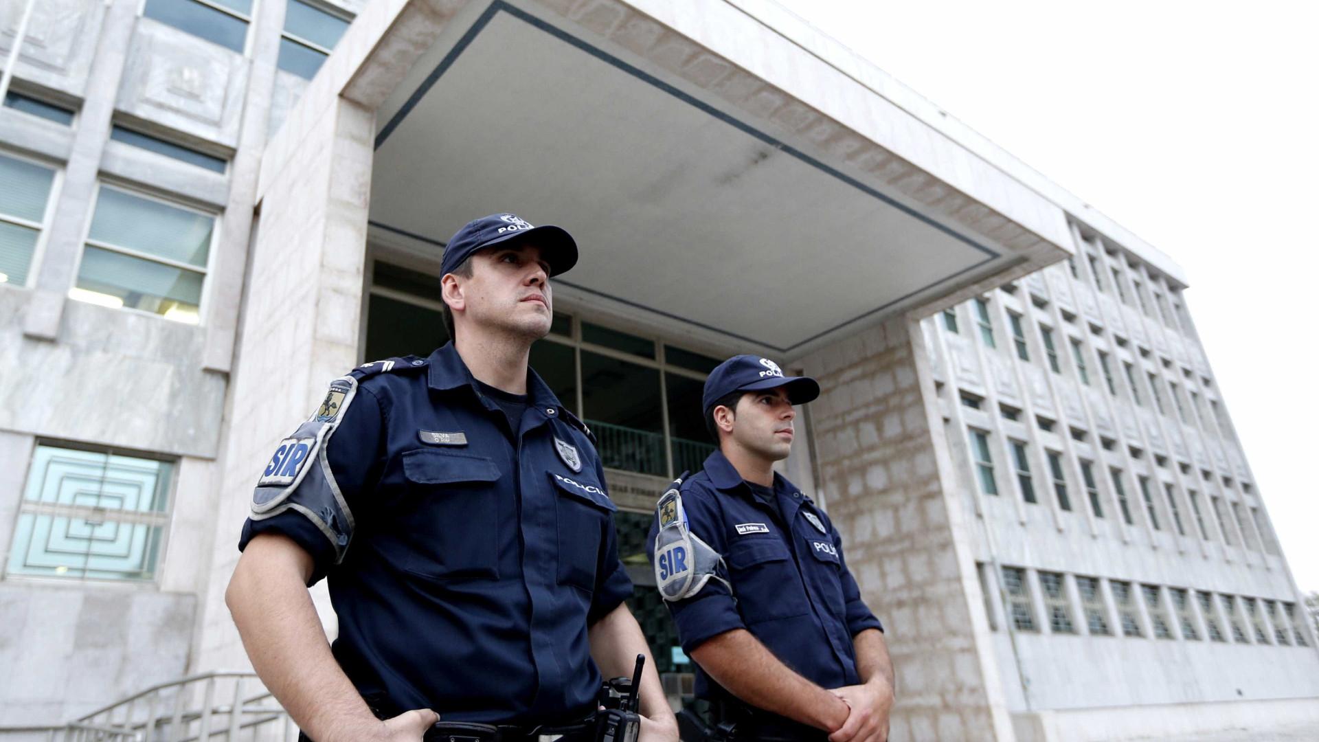 """Oficiais de justiça """"têm trabalhado durante toda a noite, sem refeições"""""""