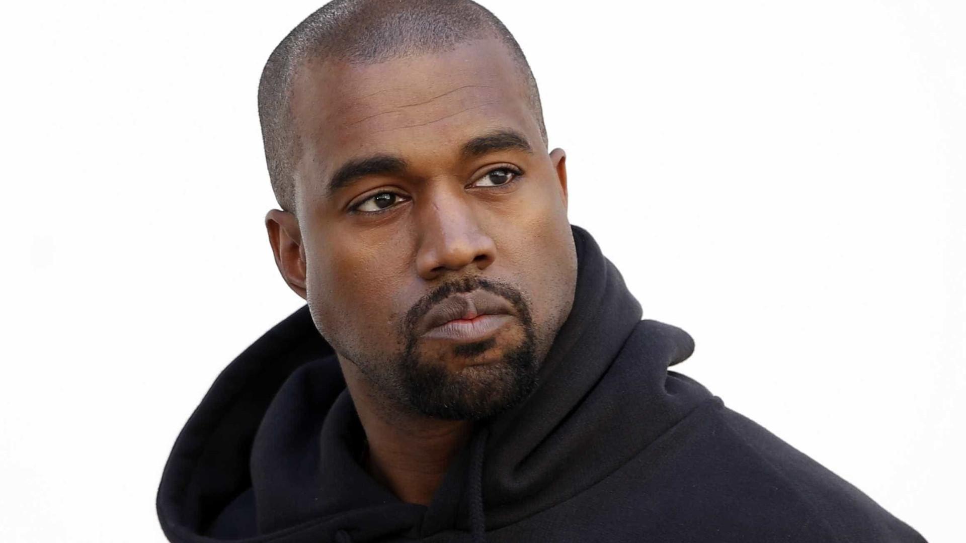 Kanye West segue os passos de Kim e pinta o cabelo de cor-de-rosa
