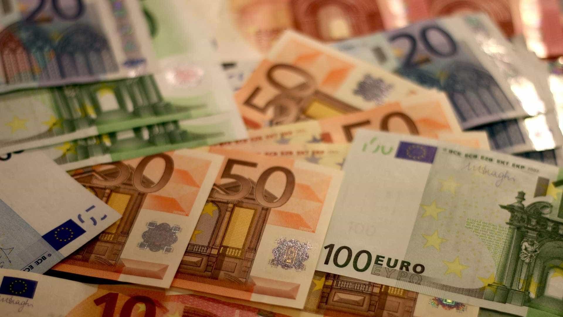 Euro recua mas continua acima de 1,11 dólares