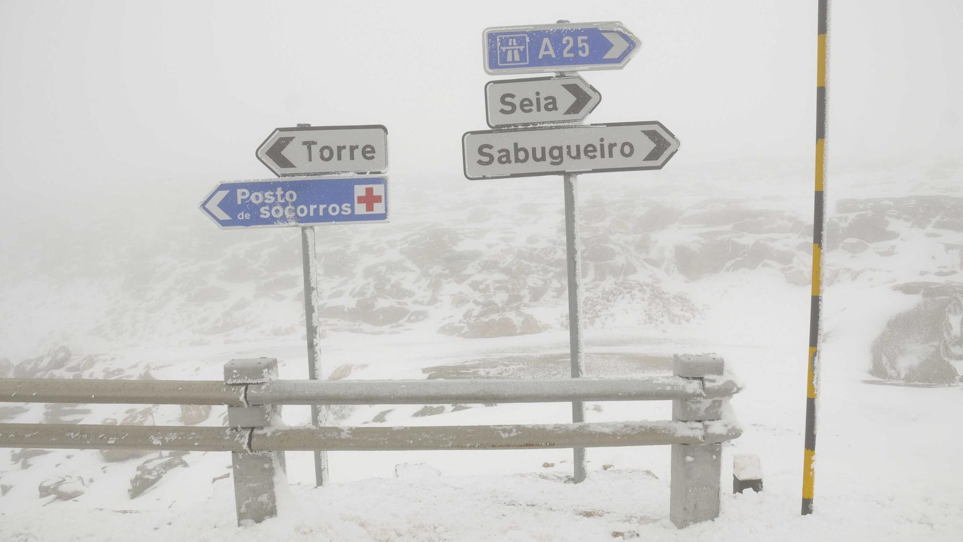 Estradas na Serra da Estrela cortadas devido à queda de neve