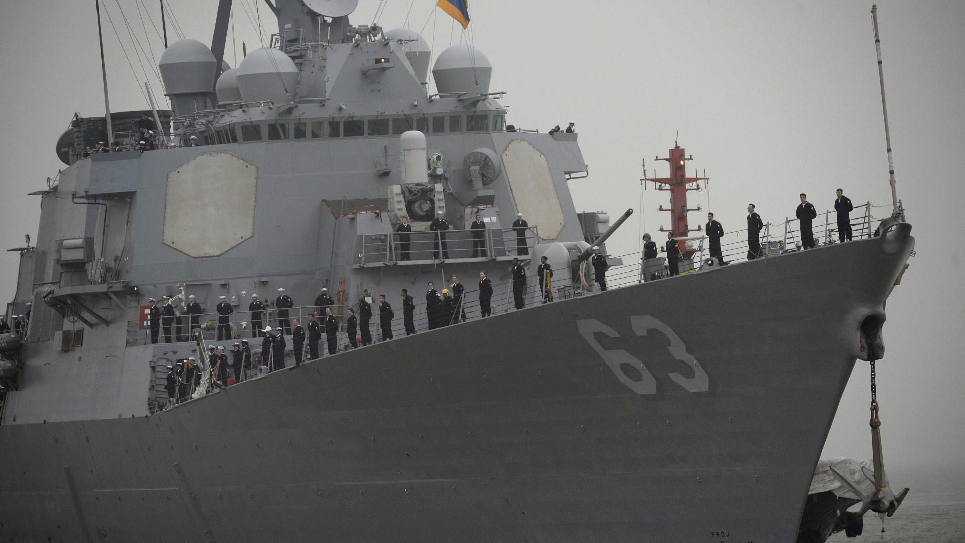 Avião da Marinha americana despenha-se com 11 pessoas a bordo
