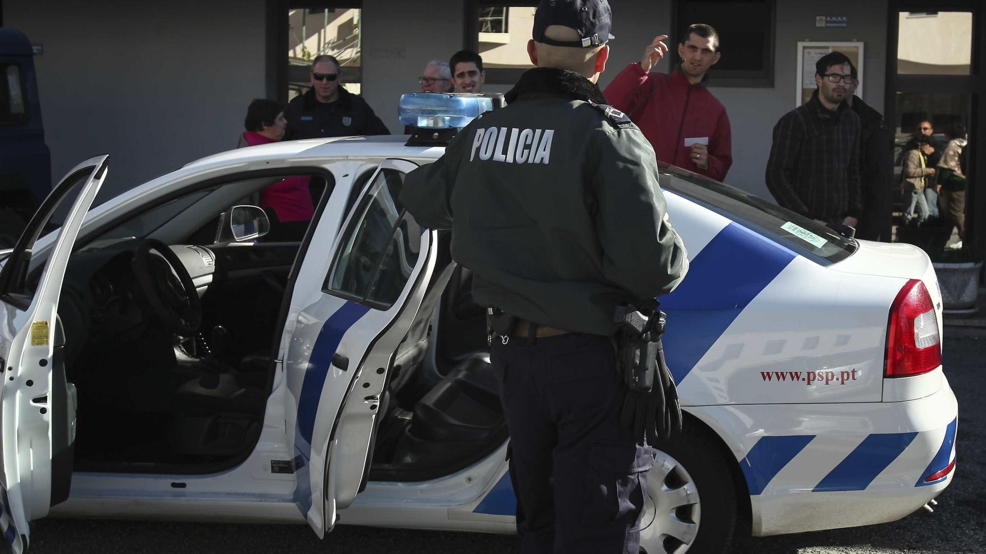 Carro despista-se no Porto, invade passeio e provoca um ferido grave