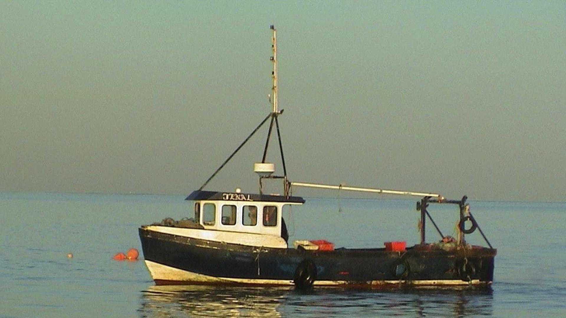 Embarcação com 10 pescadores à deriva ao largo de Caminha