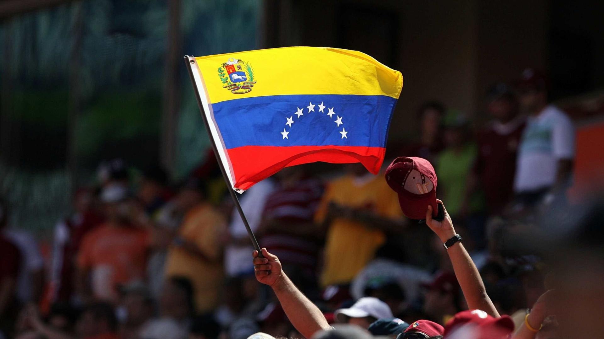 Luso-venezuelanos esperam duas horas para votar no plebiscito em Aveiro