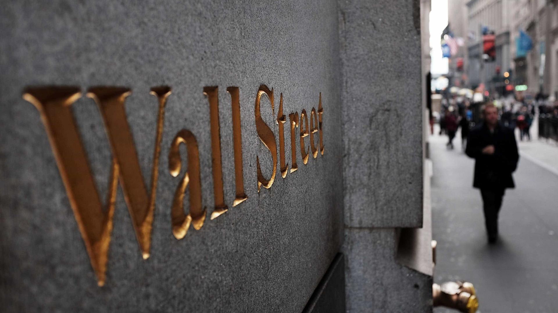 Wall Street recua depois de novos recordes