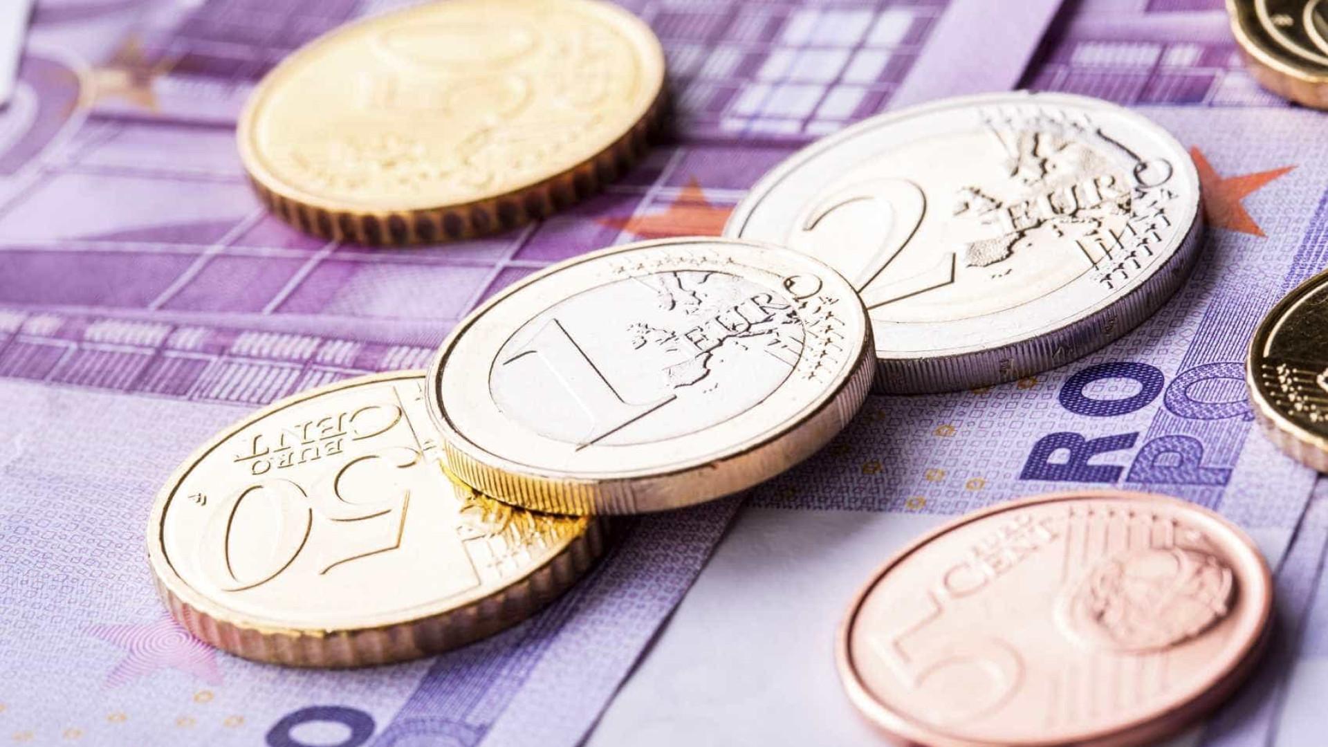 Euro sobe e aproxima-se de 1,12 dólares