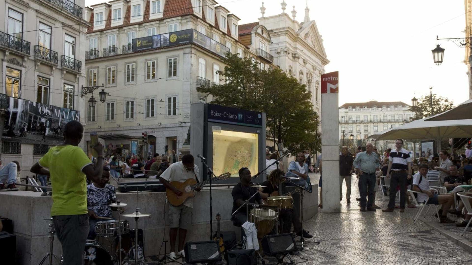 Junta retira publicidade ilegal de lojas da Baixa de Lisboa