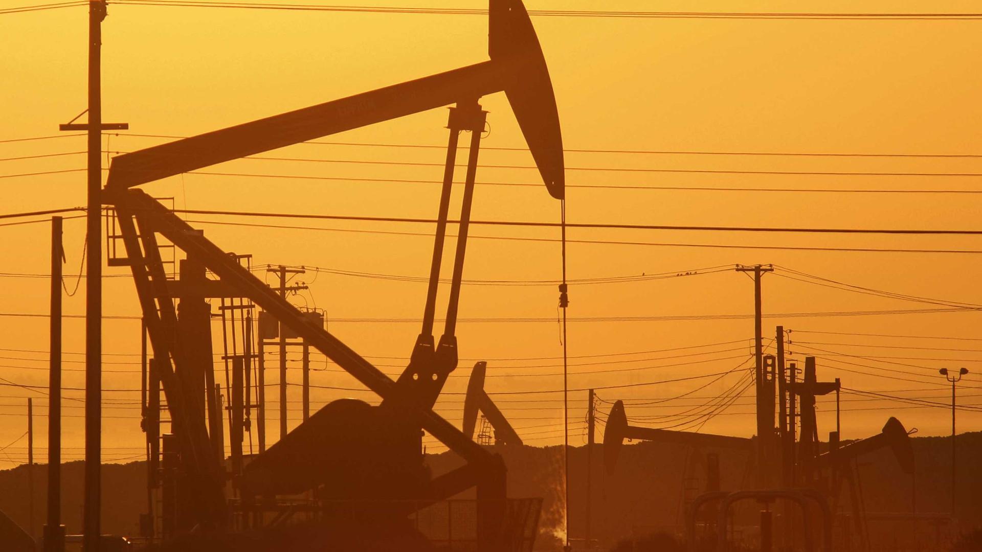 OPEP volta a subir produção e mantém excesso de oferta