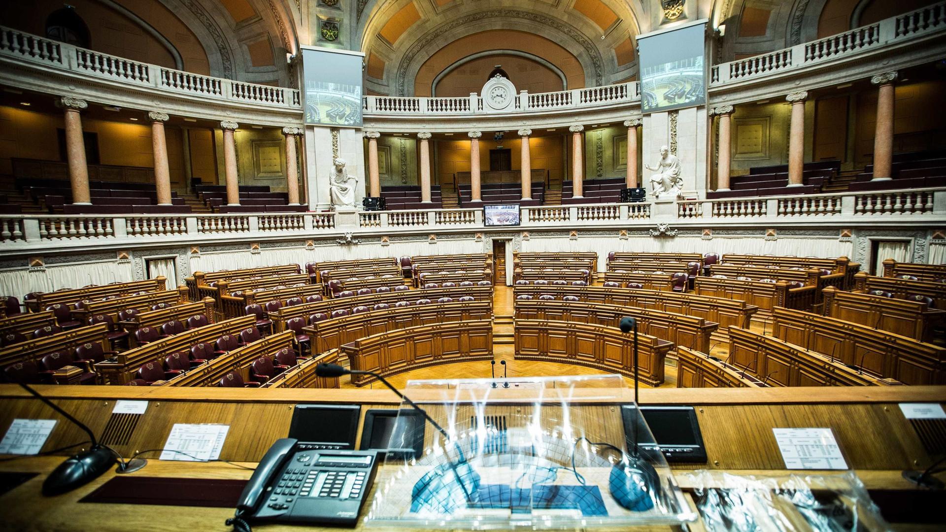Parlamento debate 11 diplomas sobre legislação laboral