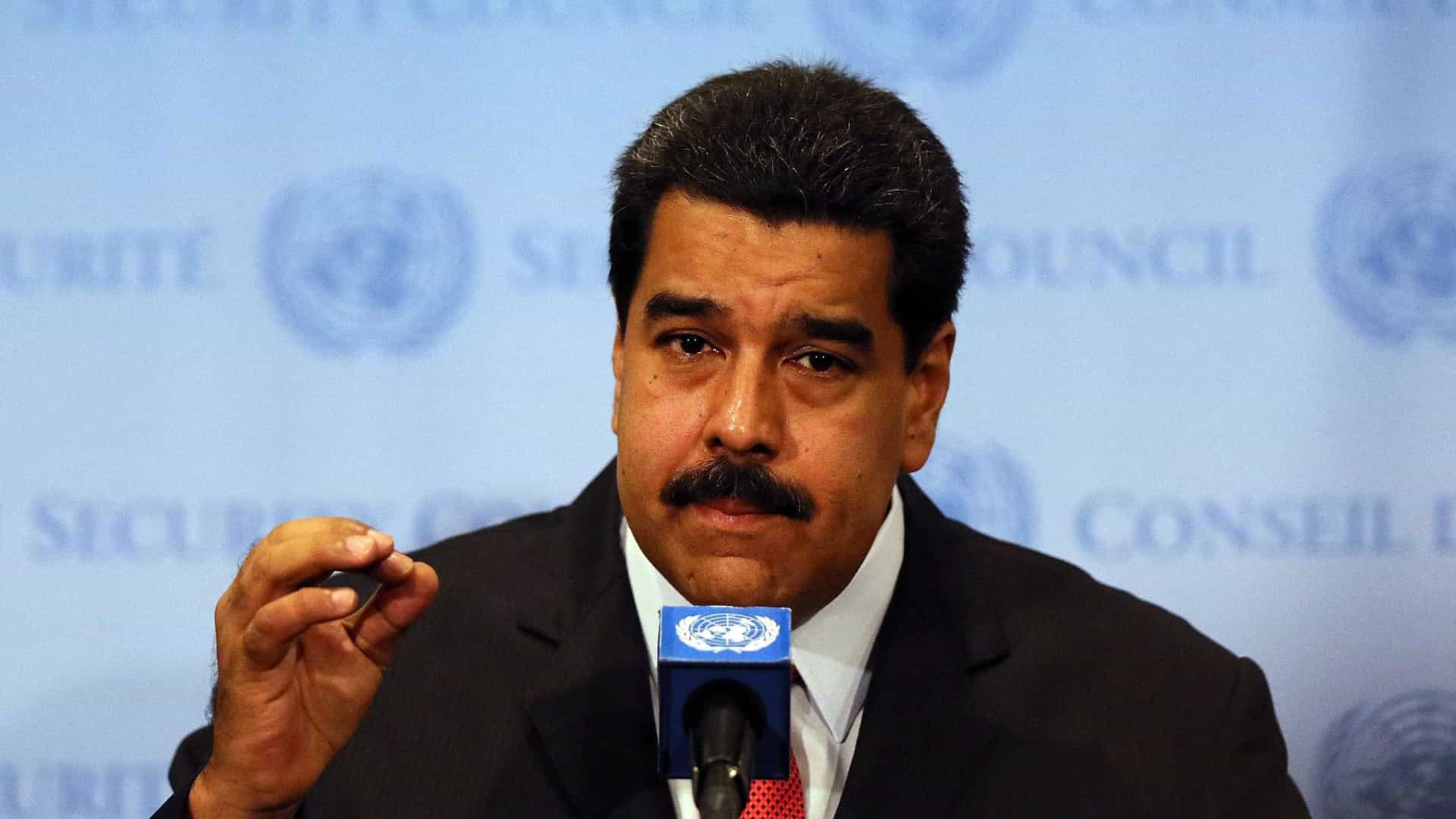 Nicolás Maduro decreta estado de emergência económica