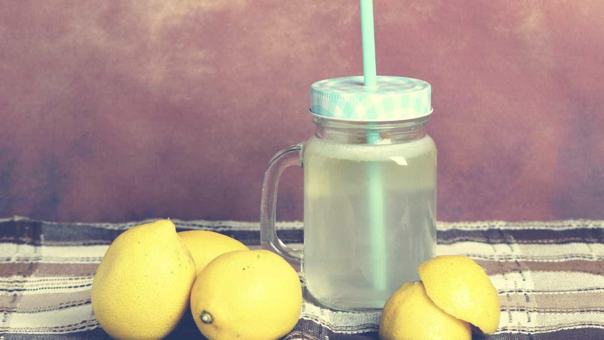 Menina de cinco anos é multada por vender limonada na rua
