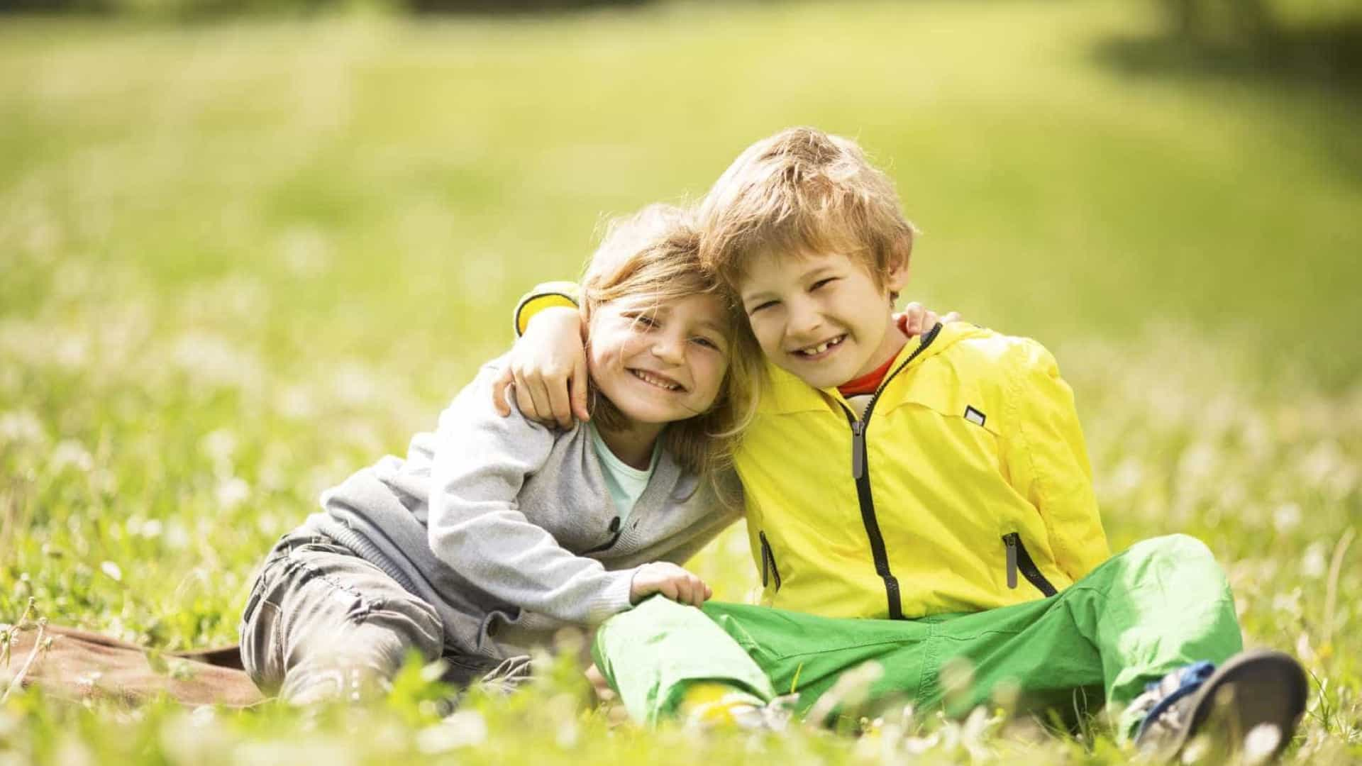 No Dia dos Irmãos, saiba como eles influenciam a sua vida e saúde