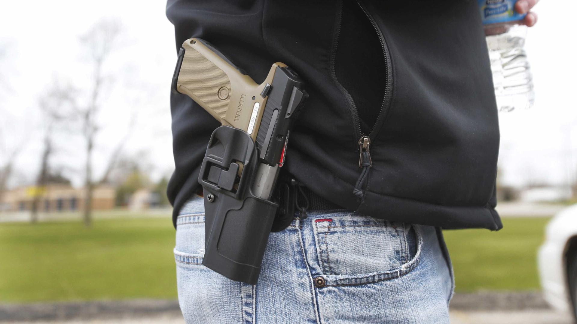 """Disparou contra si próprio e acusou """"homem negro"""" de o ter baleado"""