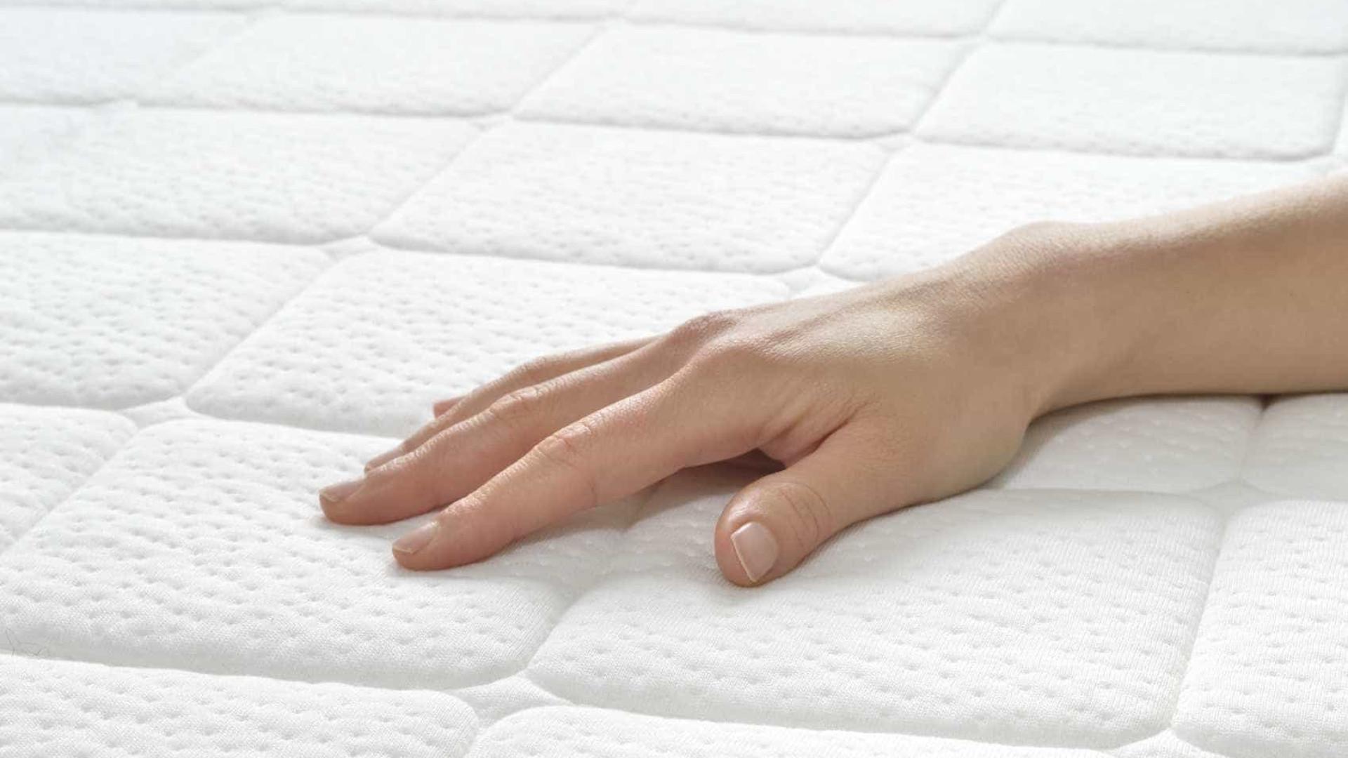 Dez dicas caseiras para tirar manchas e cheiros do colchão