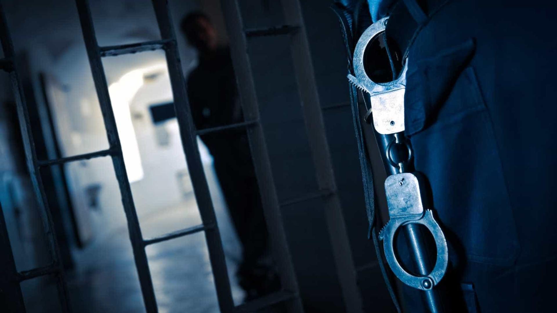 Reclusos da prisão de Custóias recusam regressar às celas. GISP no local