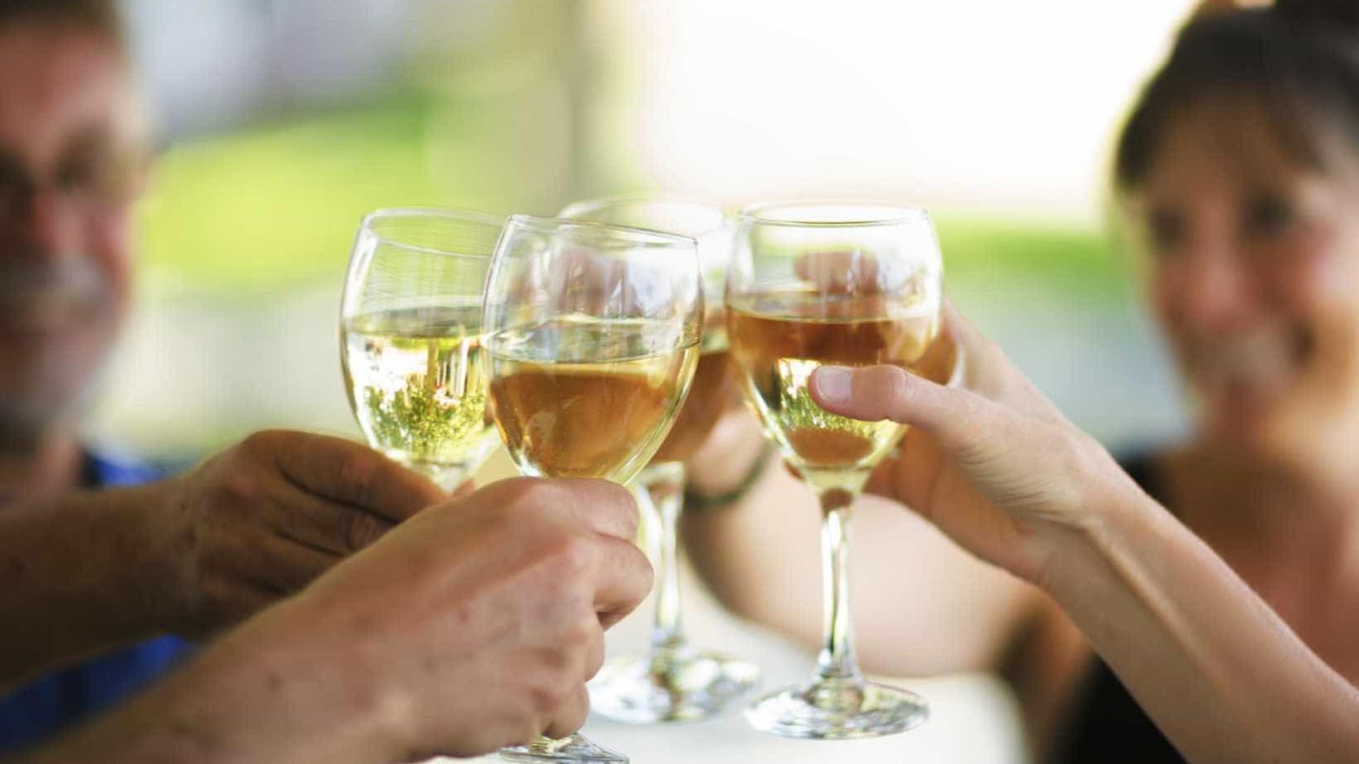 Beber para lidar com o stress é prática (muito) comum entre adultos