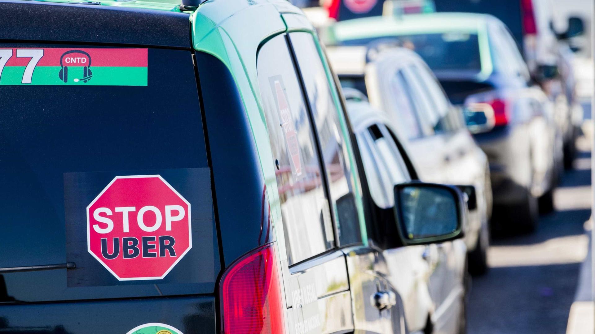 Taxistas do Algarve vão passar mais uma noite junto ao aeroporto de Faro