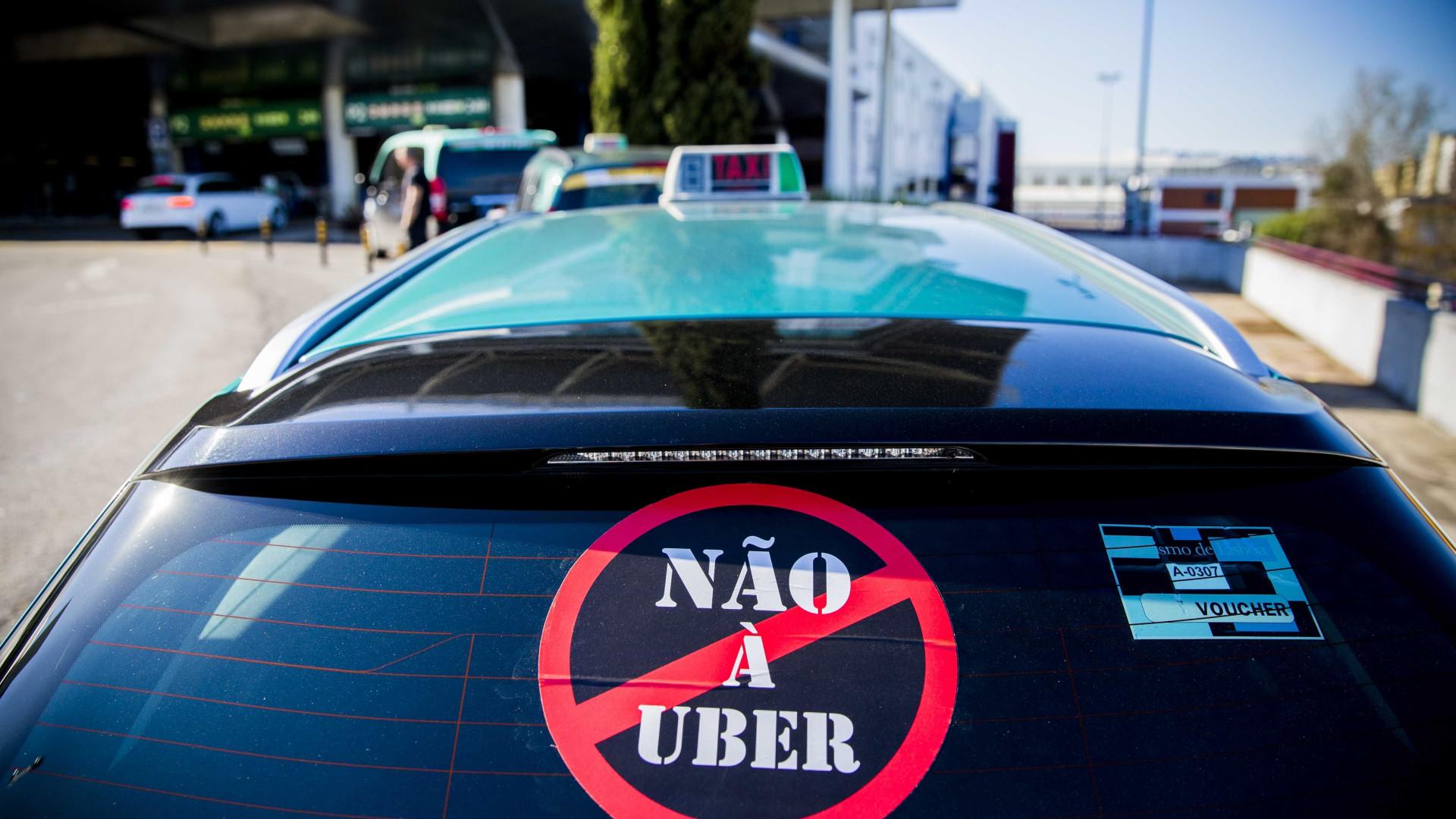 Taxistas manifestam-se contra a Uber frente à Câmara do Porto