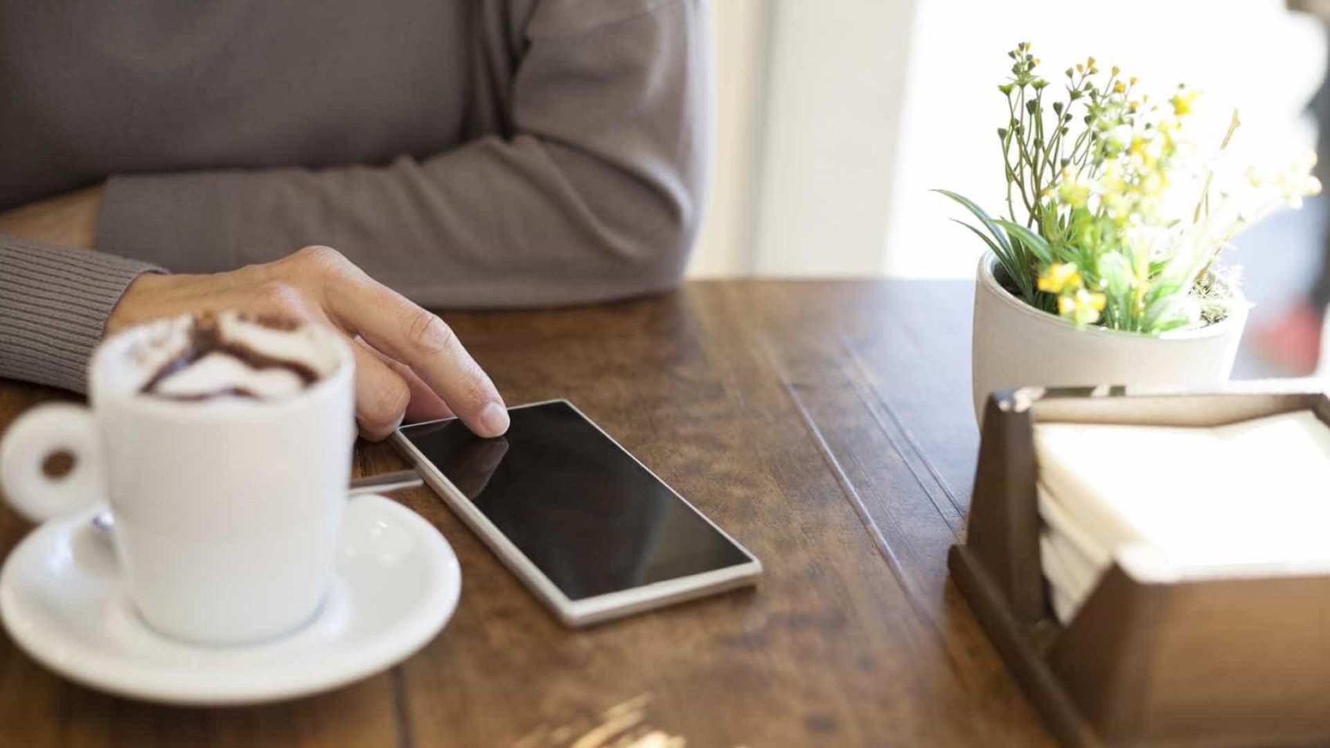 O seu telemóvel pode ser dez vezes mais sujo do que uma tampa de sanita