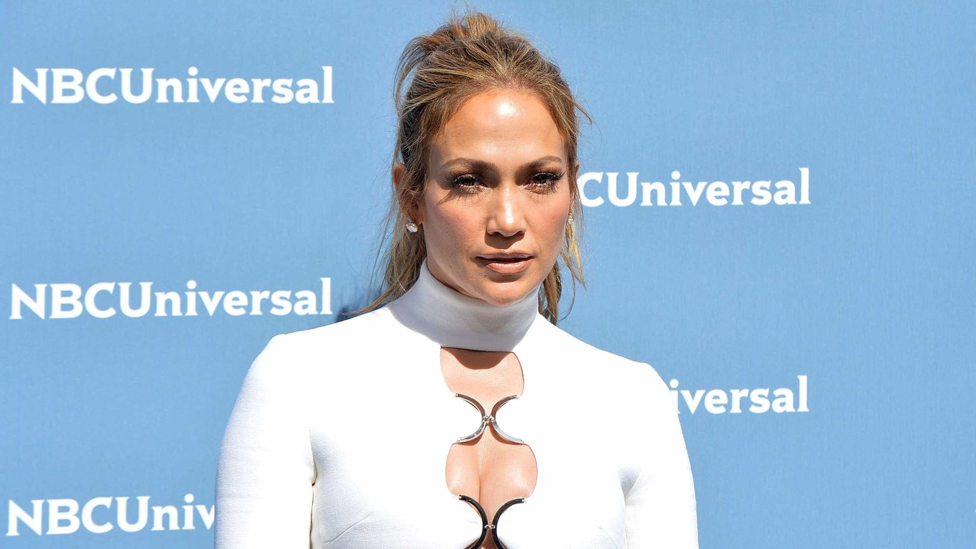 Jennifer Lopez usa look 'sexy' e janta com alegado novo amor