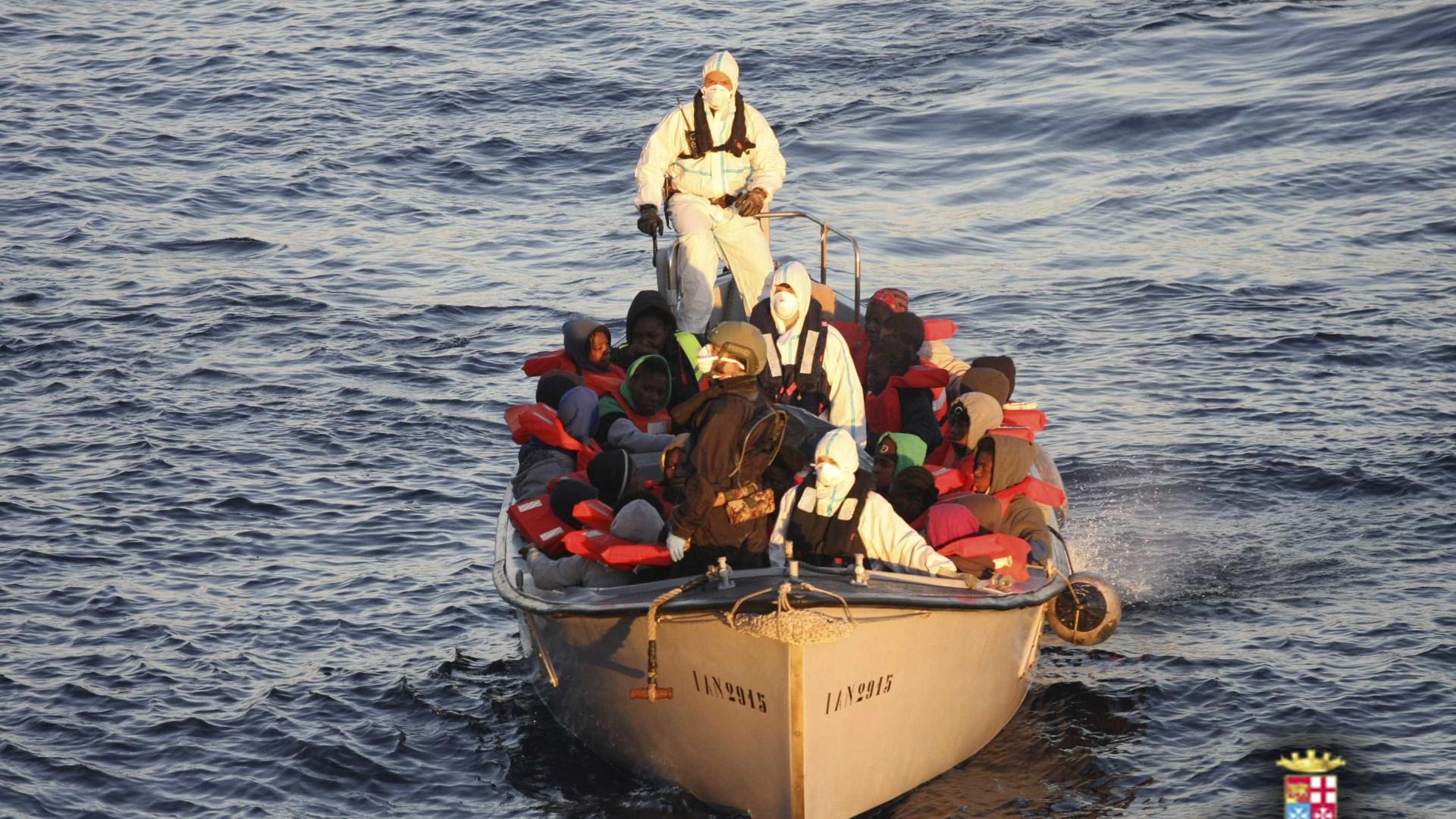 Três ONG suspendem resgate no Mediterrâneo devido a restrições líbias