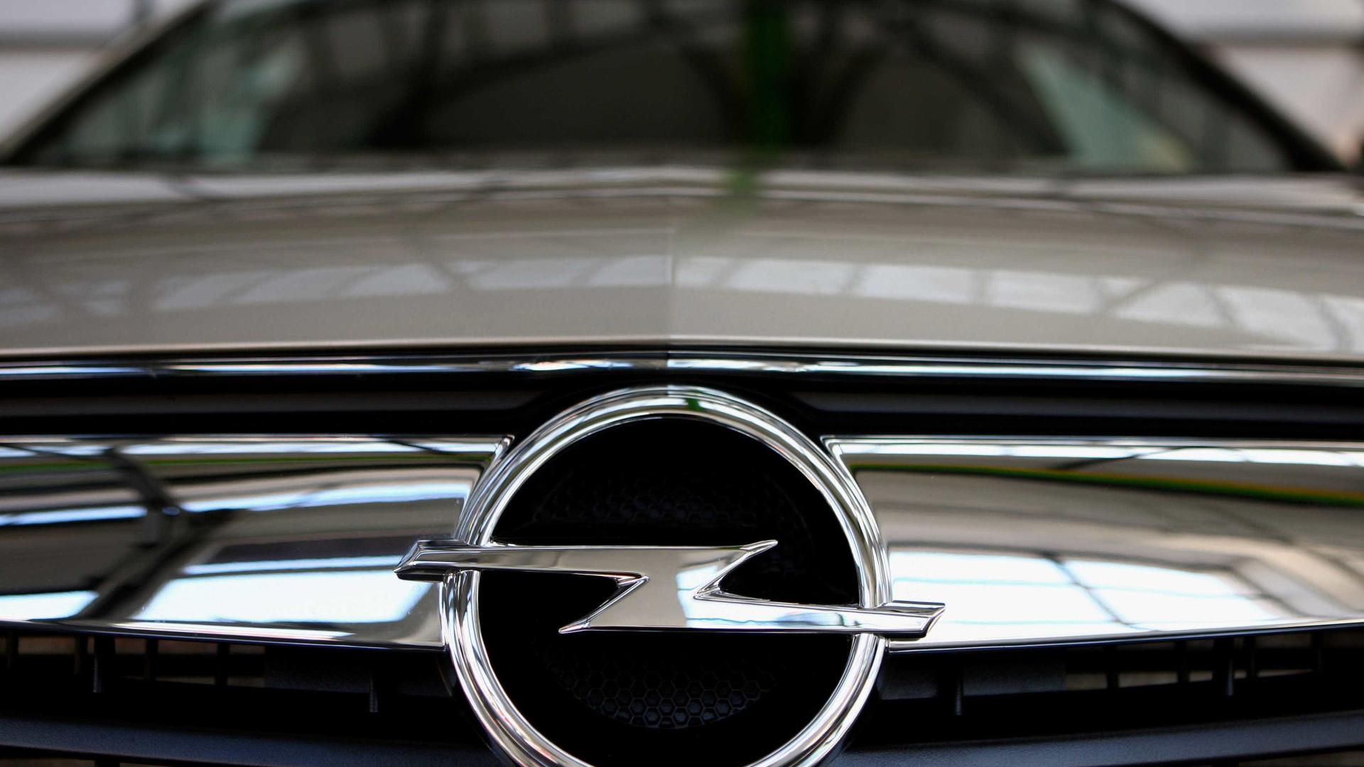 Angela Merkel promete defender empregos da Opel na Alemanha