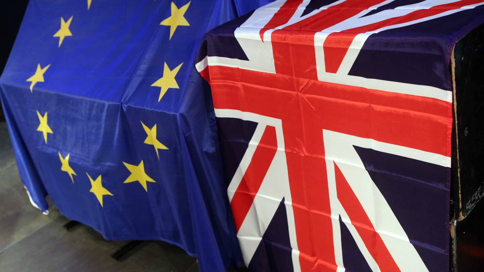 Brexit: Londres admite permanecer na união aduaneira até 2021